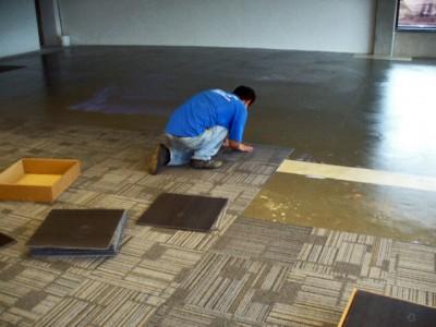 Instalação de placas de carpete de tecido